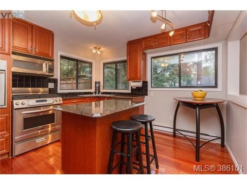 7066 Willis Point Rd, Central Saanich, BC - CAN (photo 4)