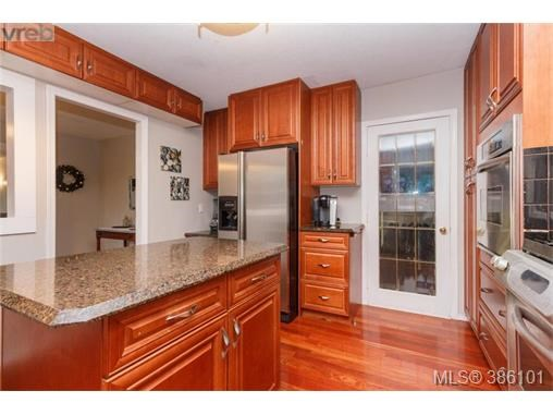 7066 Willis Point Rd, Central Saanich, BC - CAN (photo 5)