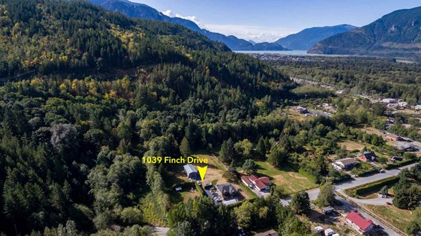 1039 Finch Drive, Squamish, BC - CAN (photo 1)