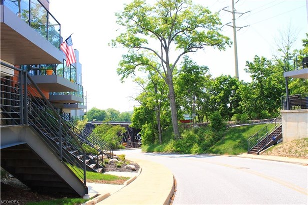 Contemporary/Modern,Townhouse, Single Family - Lakewood, OH (photo 2)