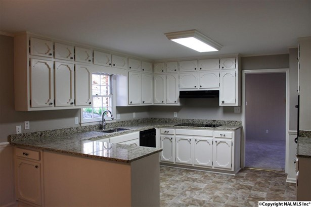 This kitchen is bright and cheerful! (photo 4)