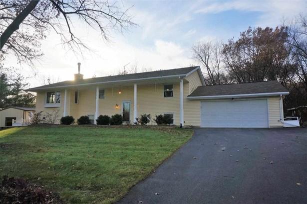 House, Bi-Level - DURAND, IL (photo 2)