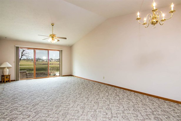 Condominium, First Floor - WINNEBAGO, IL (photo 5)