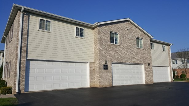 Lg 2 car garage (middle one) (photo 3)