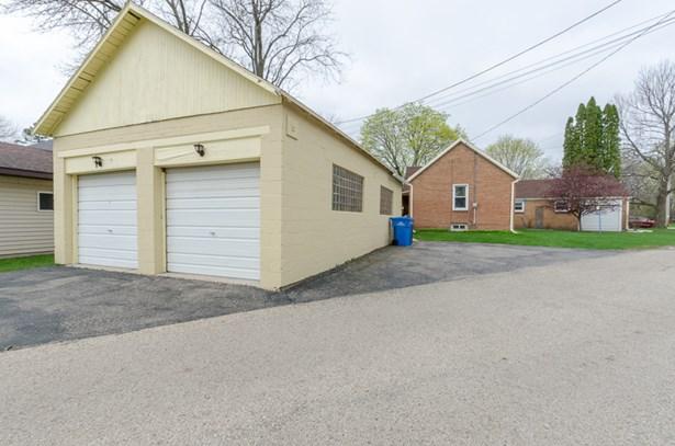 Very Large Garage (photo 2)