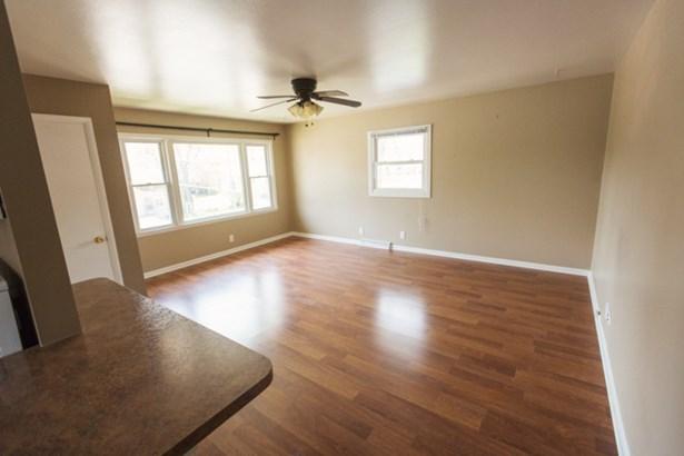 Living room in upper (photo 5)