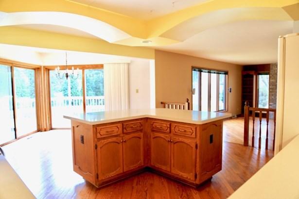 Kitchen w/ Island (photo 4)