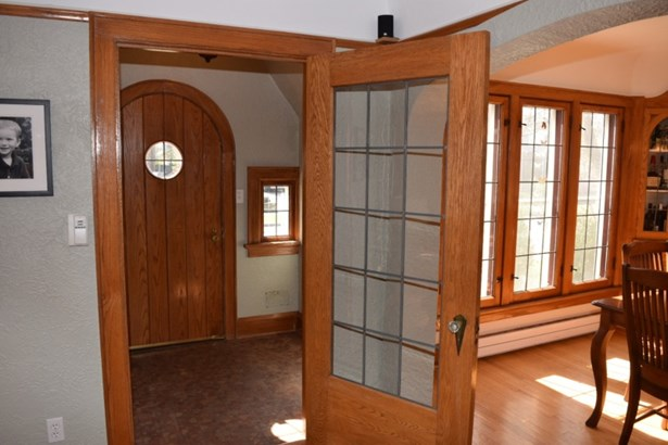 Inviting front foyer (photo 5)