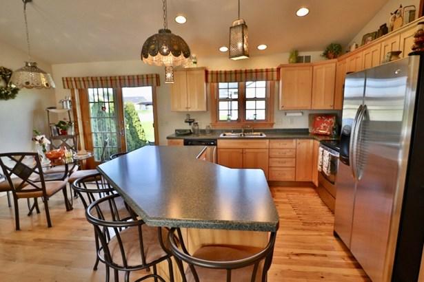 Large kitchen island (photo 4)