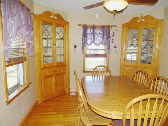 Dining w/built-ins (photo 5)