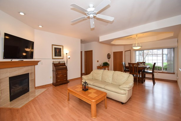 Living Room Laminate Wood (photo 4)