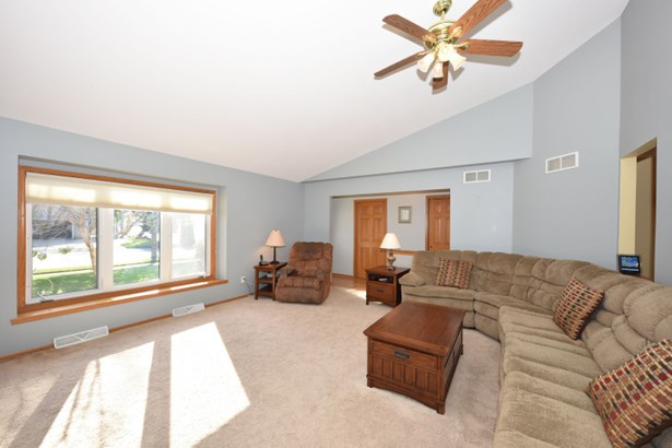 Living Room w/Vaulted Ceiling (photo 4)
