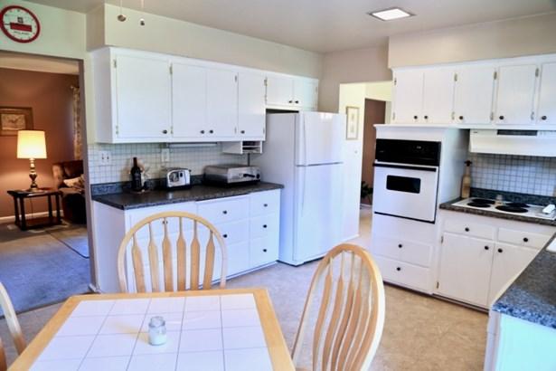 Kitchen with appliances (photo 3)