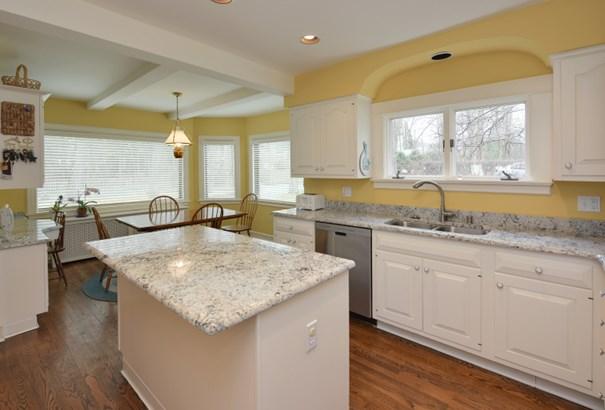 Kitchen island (photo 5)