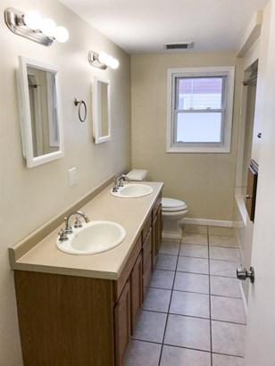 Main level bath (photo 5)