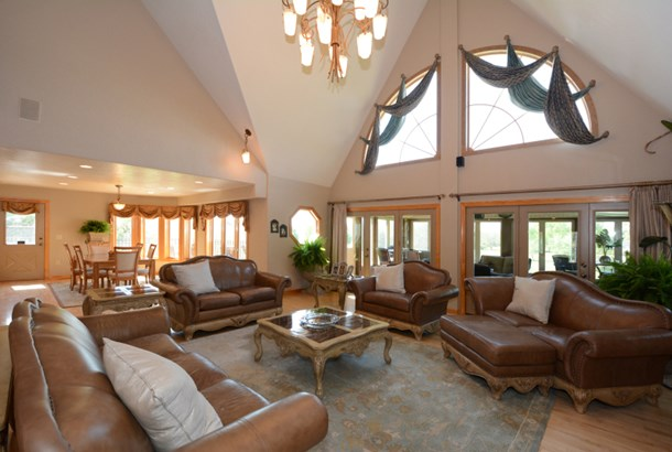 Great Room Vaulted Ceiling (photo 3)