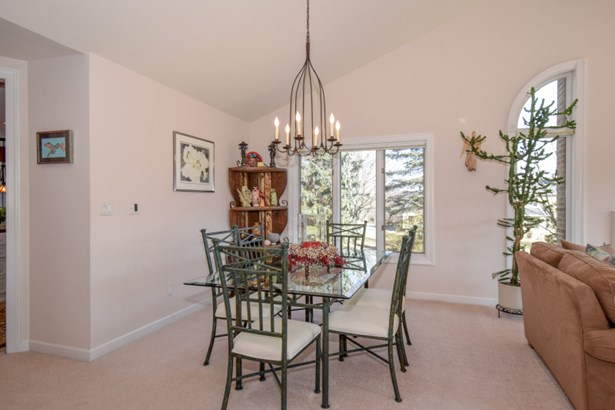 Dining Room Bright and Cheery (photo 4)