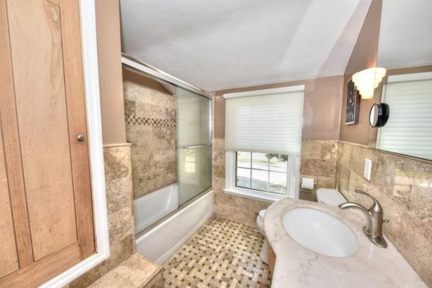Stunning Updated Full Bath (photo 4)