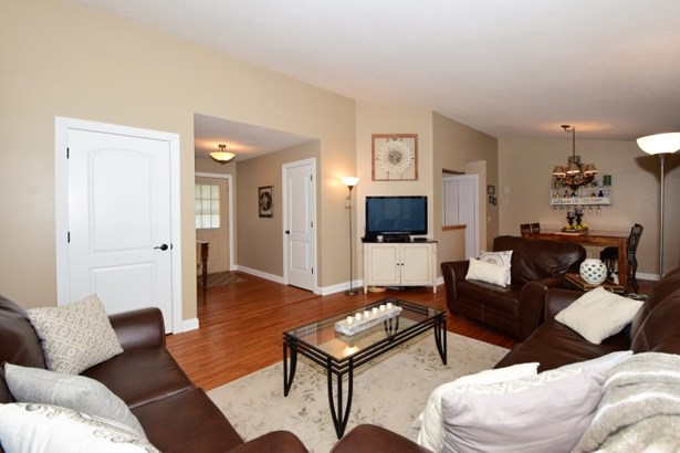 Living room with tall ceilings (photo 4)