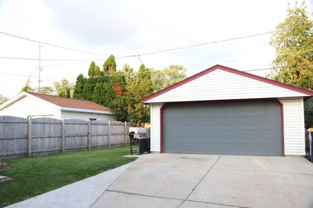 Garage/yard (photo 4)