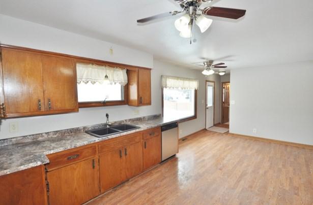 Great, Large Kitchen (photo 4)