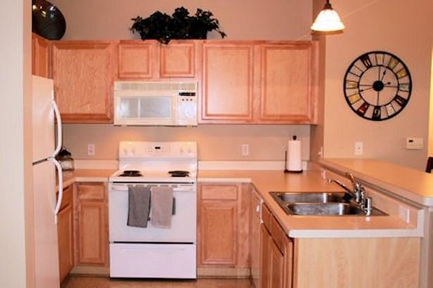 Kitchen w/ Appliances (photo 4)