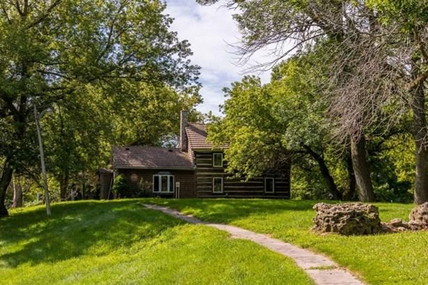 Quaint Log Home (photo 1)