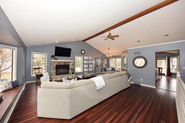 Great Room w Hardwood Floor (photo 2)