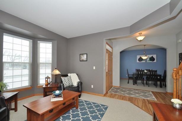 Open floor plan off entryway (photo 3)