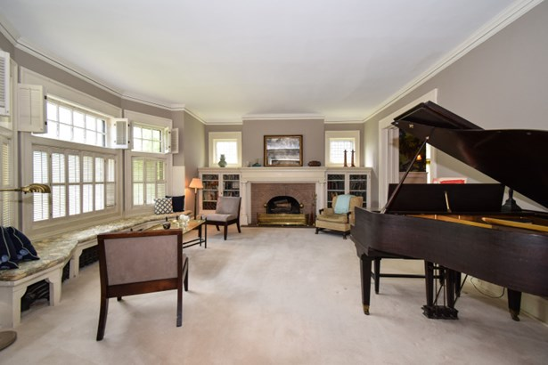 Expansive living room (photo 5)
