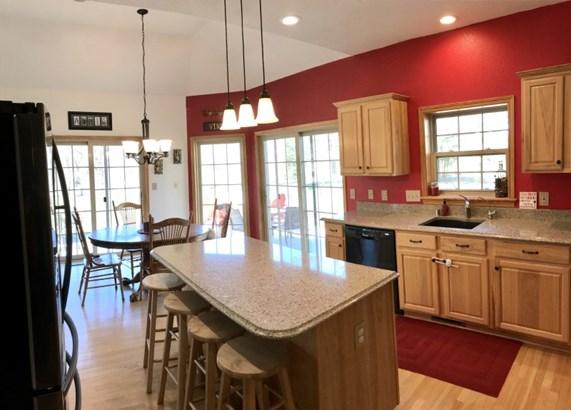 Kitchen w/granite counters (photo 3)