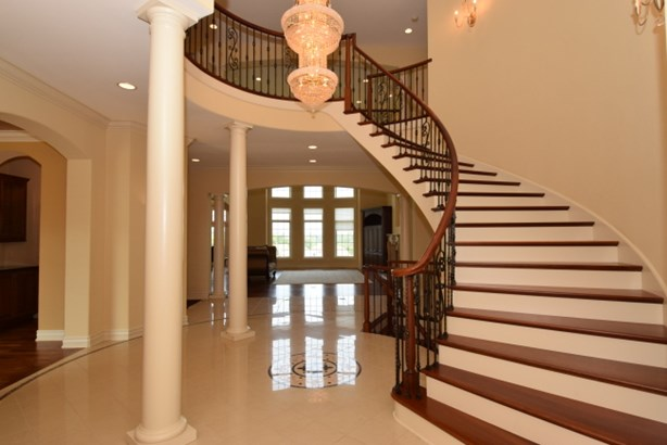 Curved Staircase (photo 2)