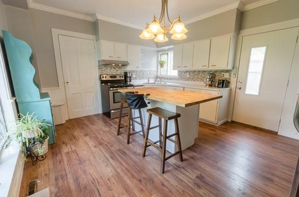 beautiful updated kitchen (photo 3)