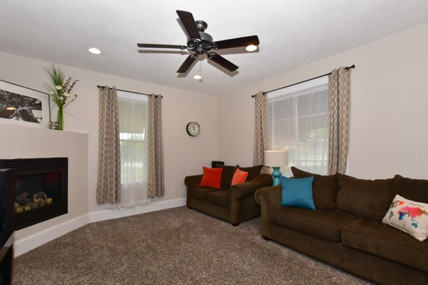 Living Room with ample room (photo 4)