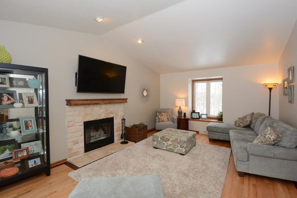 Great Room w/Natural Fireplace (photo 2)