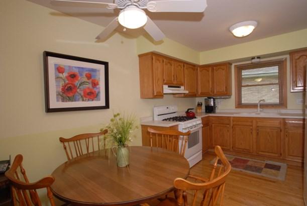 Beautiful kitchen/Oak floors (photo 2)