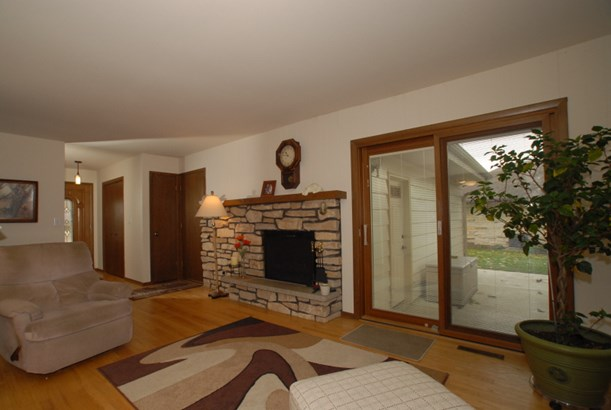 Family room/Electric fireplace (photo 4)