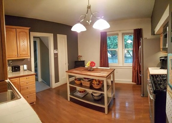 Nicely updated kitchen (photo 4)