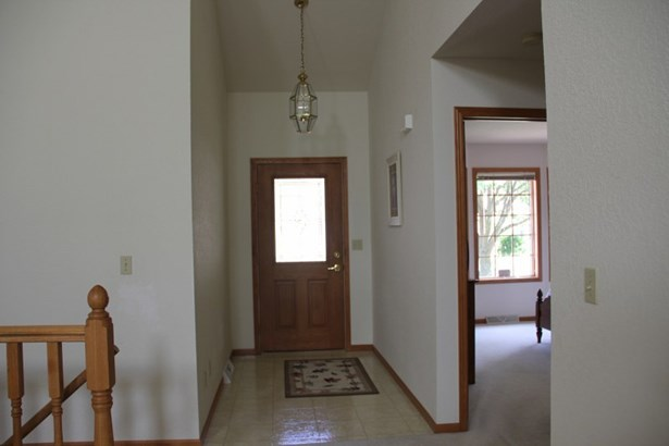Private entry to foyer (photo 4)