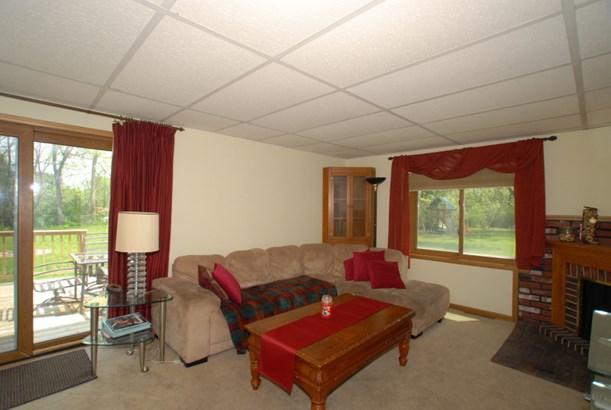 Spacious family room. (photo 4)