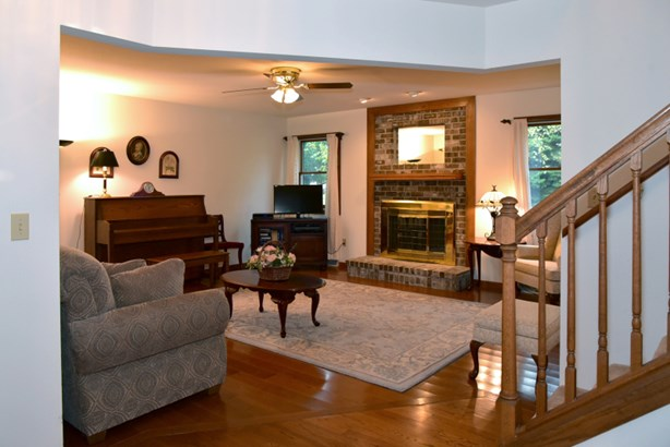 Gracious Living Room w/ NFP (photo 3)