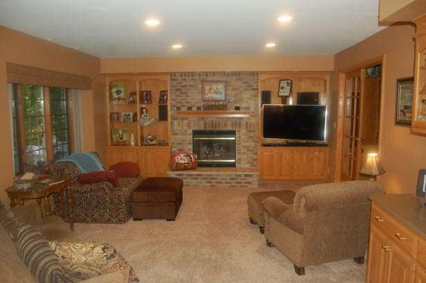 family room has gas fireplace (photo 2)