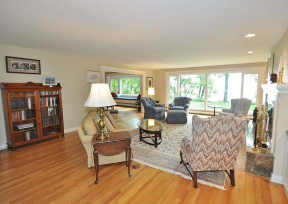 Sunny & Bright Living Room (photo 2)