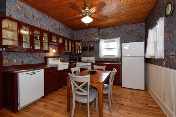 Eat in, beautiful farm kitchen (photo 3)