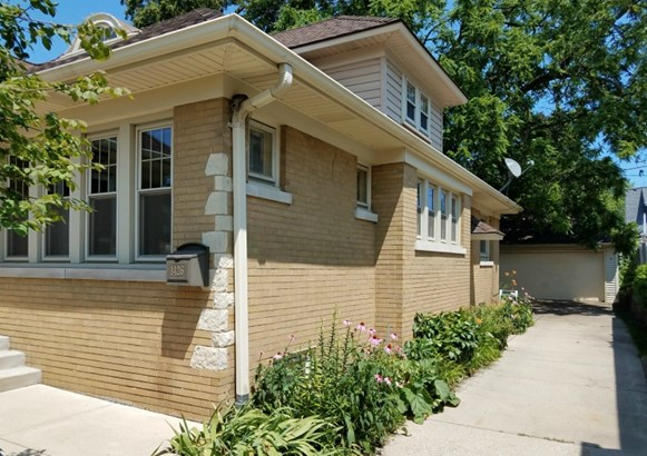 Gorgeous Curb Appeal (photo 3)