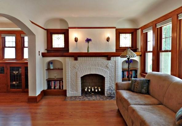 LR Ornamental Fireplace (photo 4)