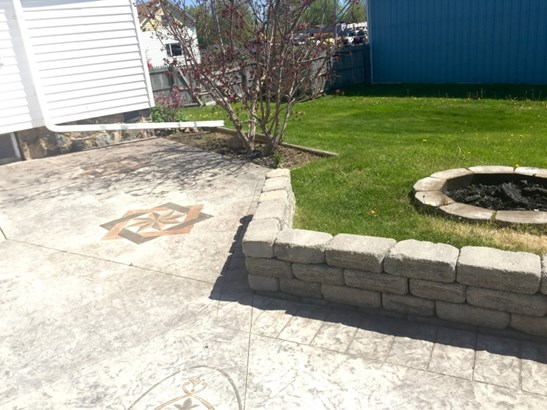 Sit around the fire pit (photo 4)