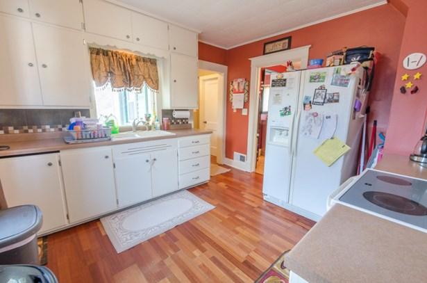 Great Kitchen w/ porch (photo 4)