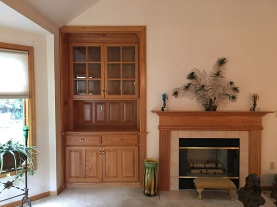 Built in book cases (photo 5)