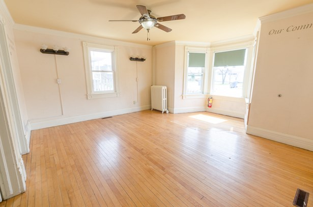 Living room area (photo 2)